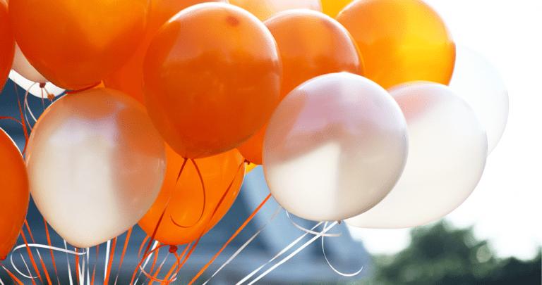 Orangene und weiße Ballons