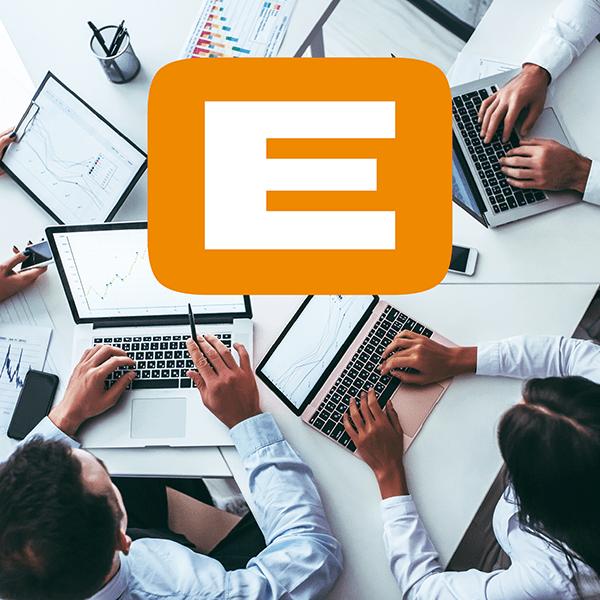 EVACO Logo und Vier Leute arbeiten an ihren Laptops