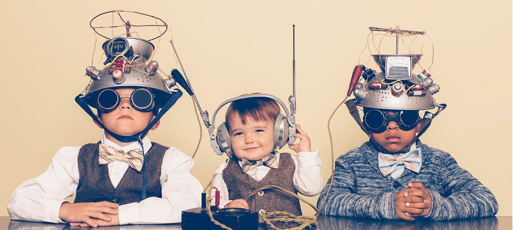 Drei Jungen als Nerds mit Gedankenlesehelmen verkleidet