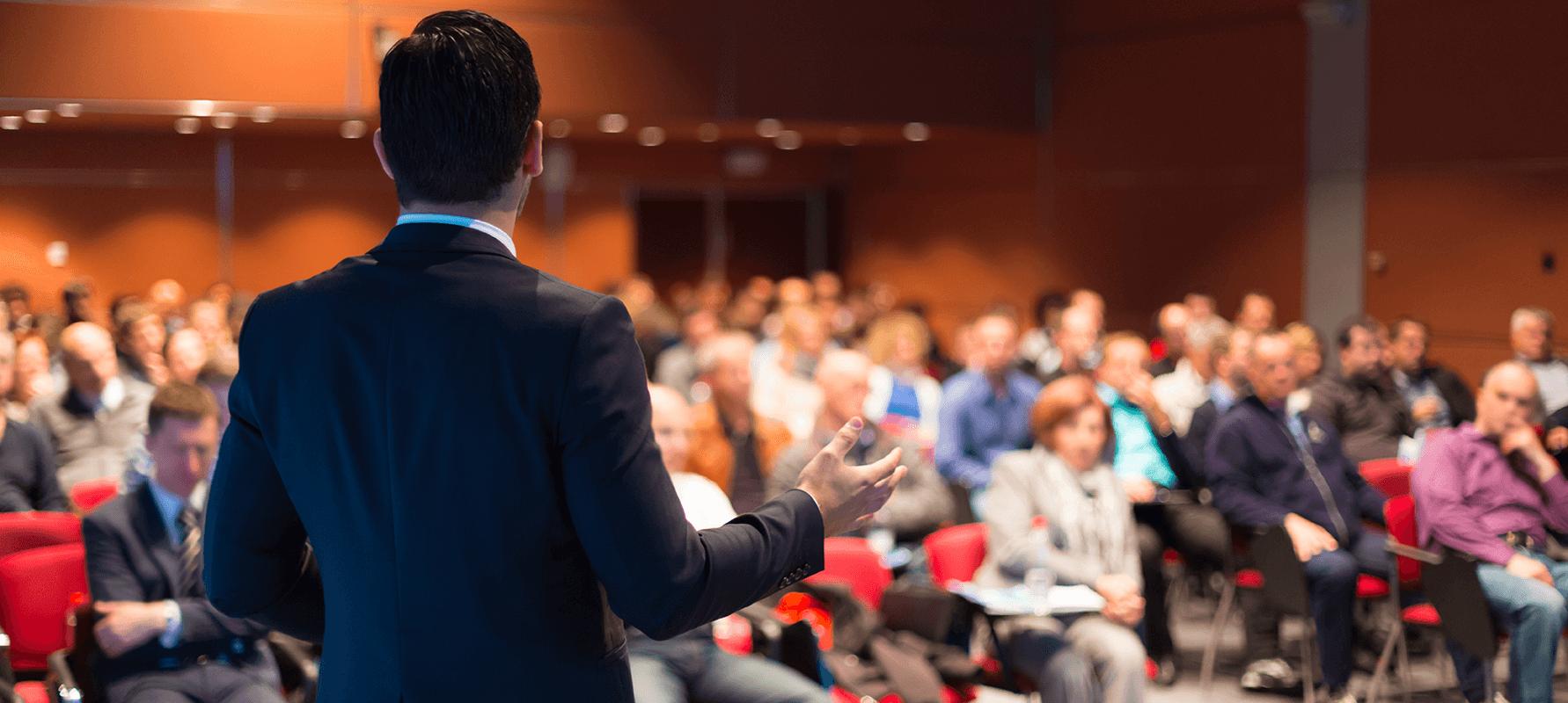 Mann hält Rede vor großem Publikum beim datatalk-congress