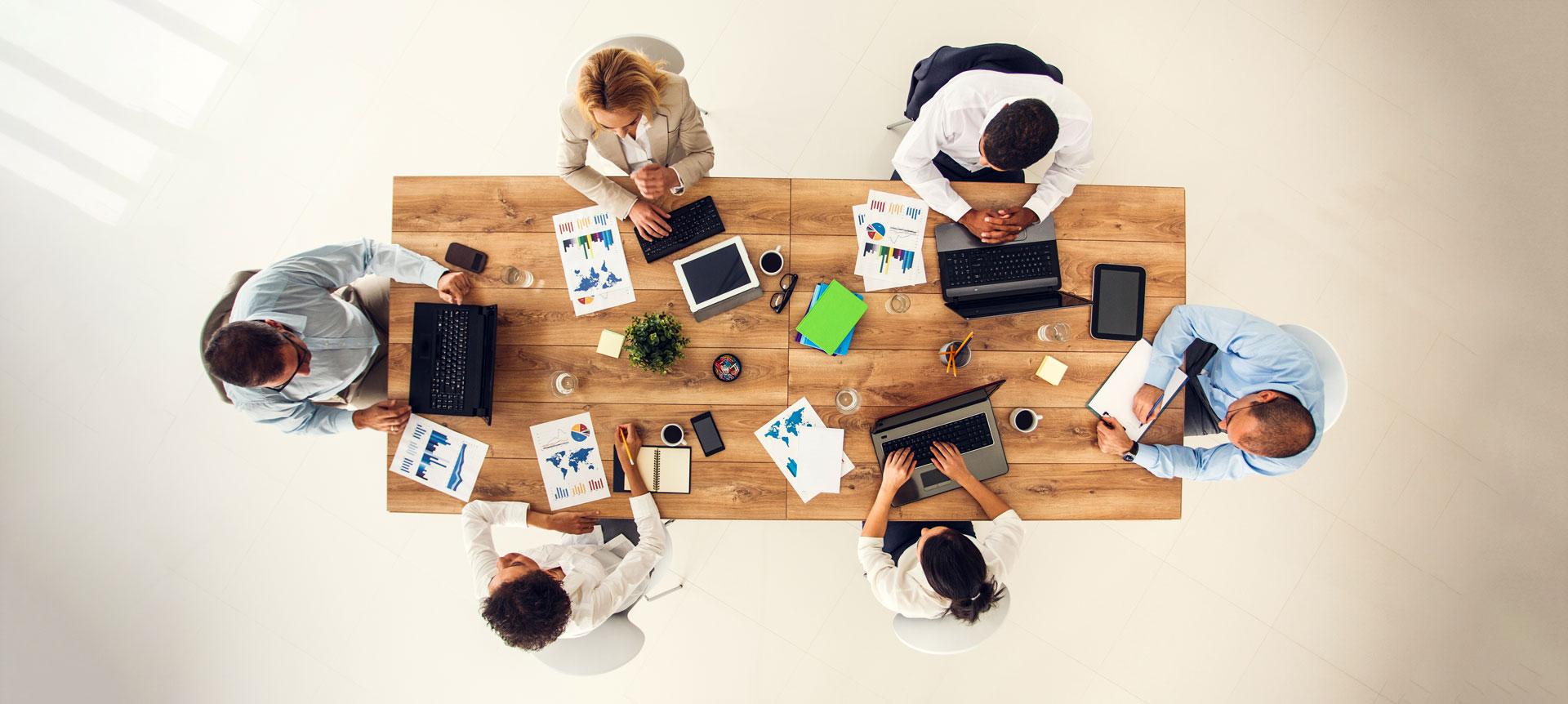 EVACO datatalk-Meetup: Menschen sitzen am Holztisch